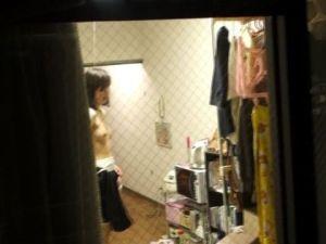 ※ 危 険 ! ※ こんなにも覗かれる窓際www女の子の私生活がまる見えの民家隠し撮りww